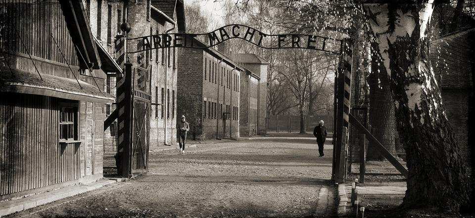 L'inscription Arbeit macht frei (Le travail rend libre), installee au portail d'entrée d'Auschwitz I