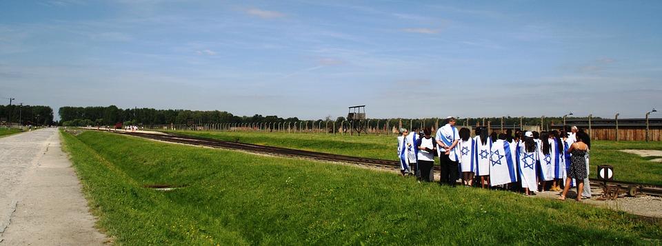 Un groupe de visiteurs Juifs faisant le tour du camp d'Auschwitz