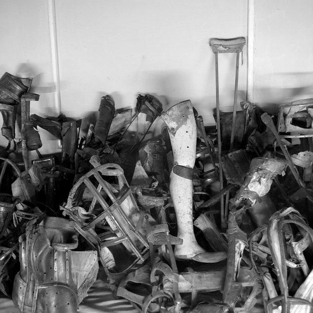 L'exposition des prothèses et des objets personnels des prisonniers du camp de concentration