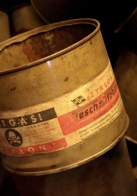 Les boîtes de Zyklon B, pesticide utilisé pour asphyxier les prisonniers du camp Auschwitz II-Birkenau
