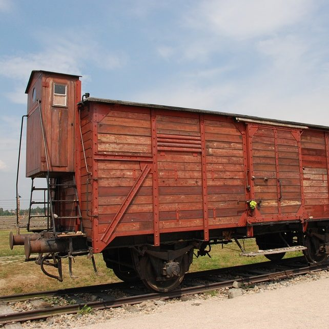 Les wagons, bestiaux dans les futurs prisonniers et victimes, transportaient